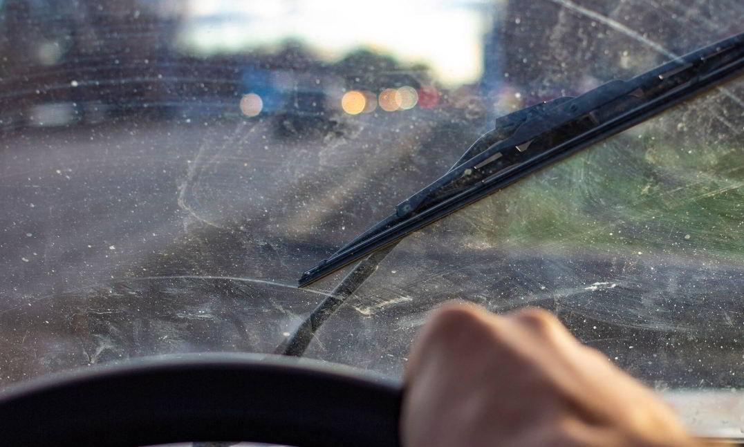 Kaca Depan Mobil Anda Mengalami Baret? Ternyata Ini Penyebabnya!